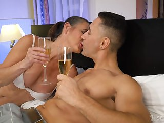 Mature whore Mariana drops a visit to her regular client to give him BJ