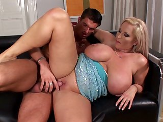 Mature mommy Laura Orsoia gives an amazing titjob before sex