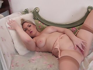 Natural boobs MILF Daisy Woods spreads her legs to pleasure her cravings